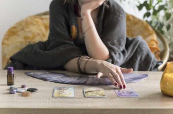 Женщина раскладывает карты