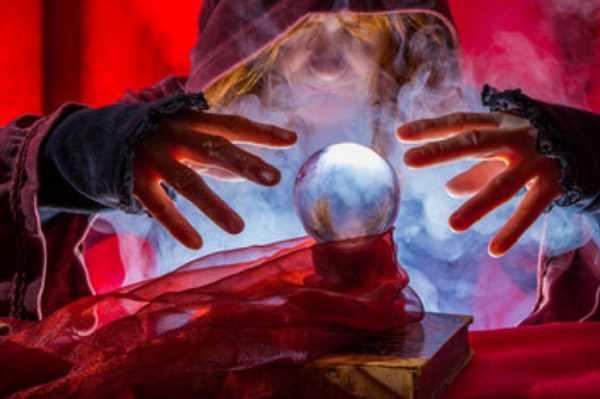 Женщина с магическим шаром