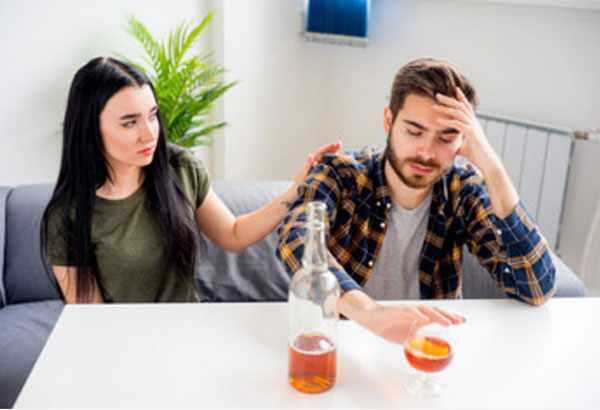 Женщина спокойно уговаривает мужа не пить